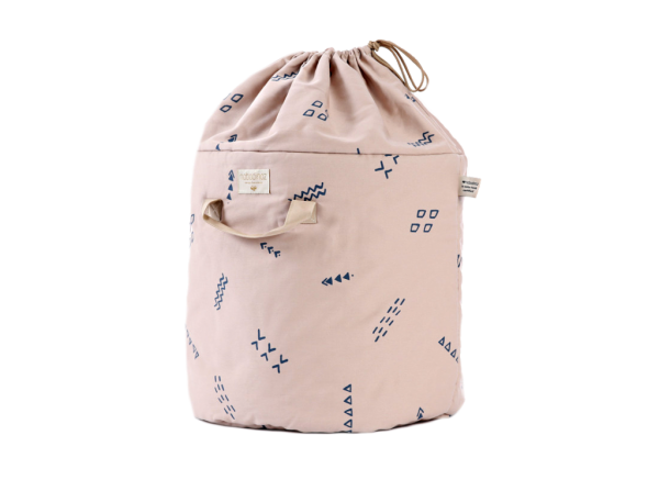 bamboo-toy-bag-sac-a-jouet-guarda-juguetes-blue-secrets-misty-pink-nobodinoz-1-1024×745-1.png